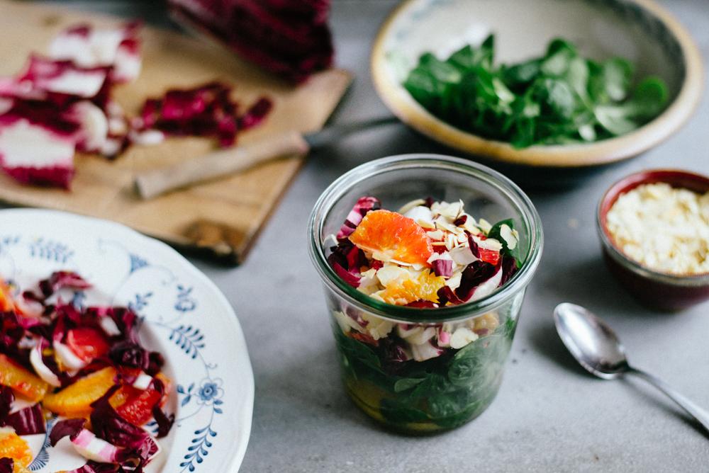 Feldsalat mit Radicchio-Blutorangen Topping und gerösteten Mandeln