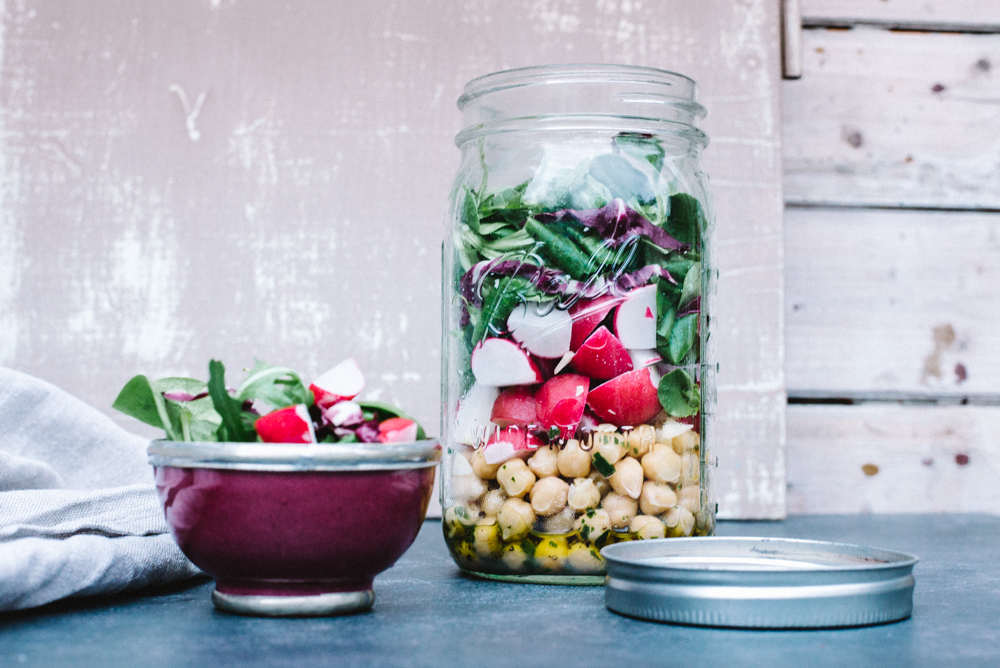 Kichererbsen mit Radieschen und Salat