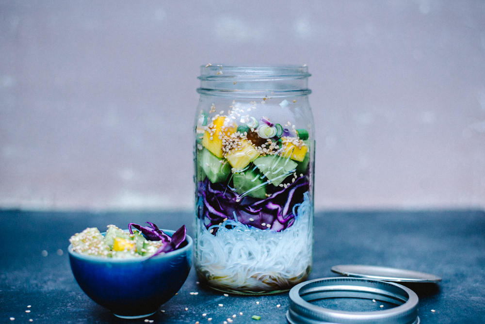 Glasnudelsalat mit Sesam, Mango, Gurke und Frühlingszwieblen